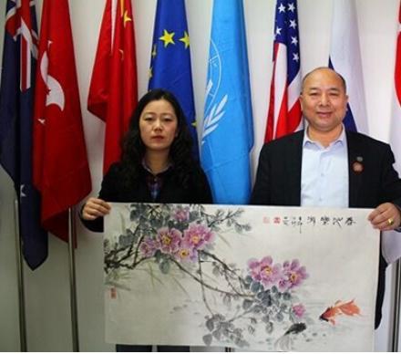 聯合國華人為其頒發收藏證書