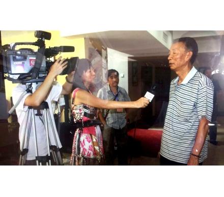 石開老師正在接受記者采訪
