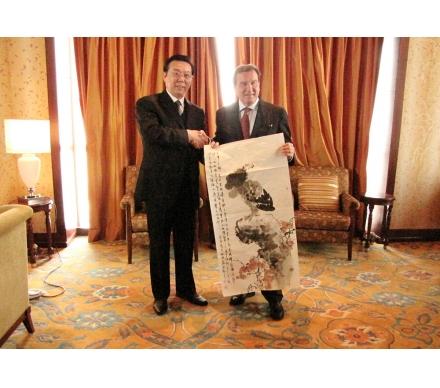 郭執銓作品作為國禮贈送給前德國總理格哈德.施羅德