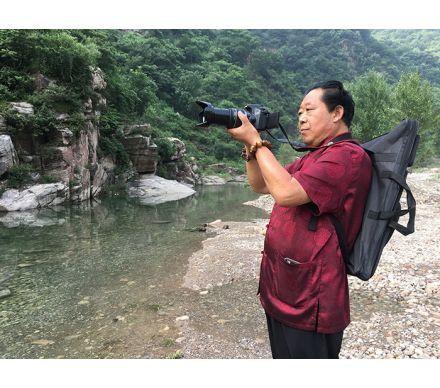 石榮祿用相機搜尋山水畫素材