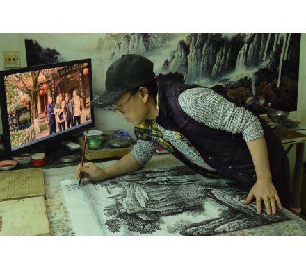 許吉爾正在創作山水畫